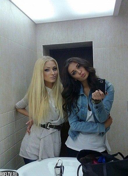 фото одной девушки брюнетки и блондинки