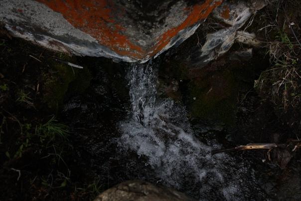 Небольшой водопад из ручейка.