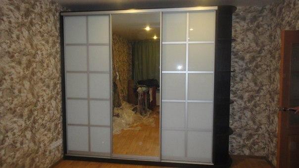 """Шкаф-купе с матовыми стеклянными дверцами и зеркалом - """"импе."""