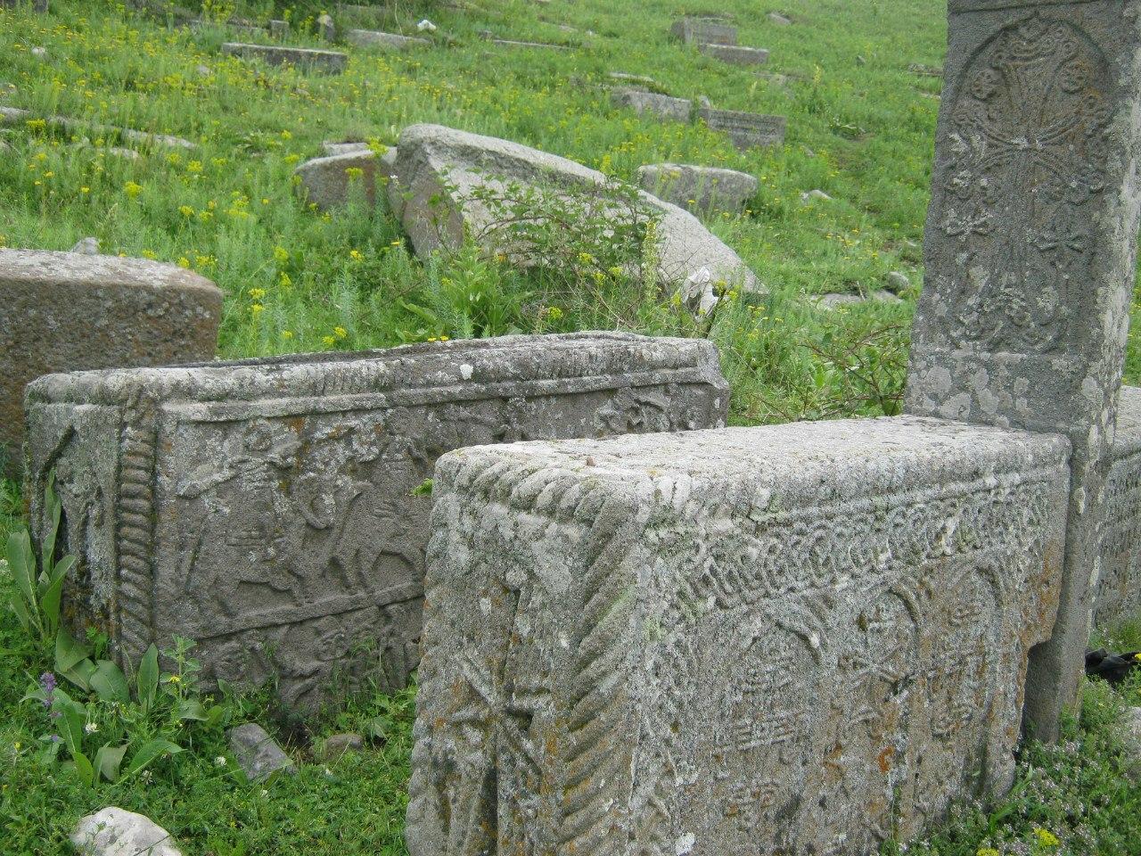 интересные надгробные камни в Армении