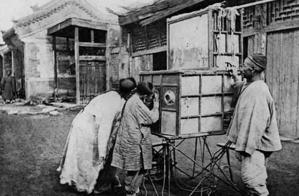 Что же так сосредоточенно разглядывали жители Пекина в 1874 году Эротические картинки Любопытно, что в те времена вид женских ножек без обуви (а также бинтов тогда в Поднебесной очень ценилась