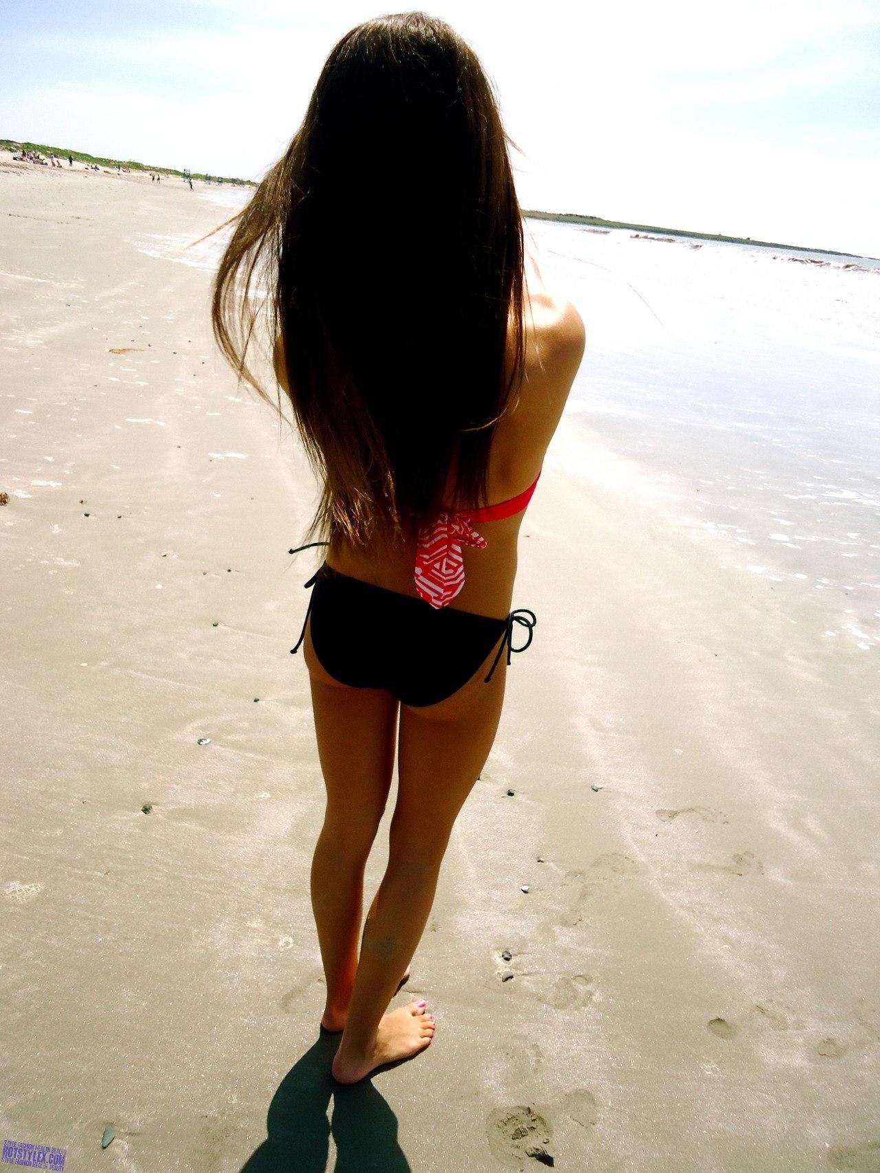 Брюнетки на море спиной фото на аву