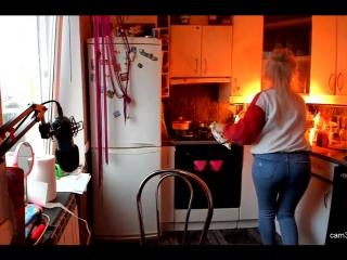 леся готовит еду