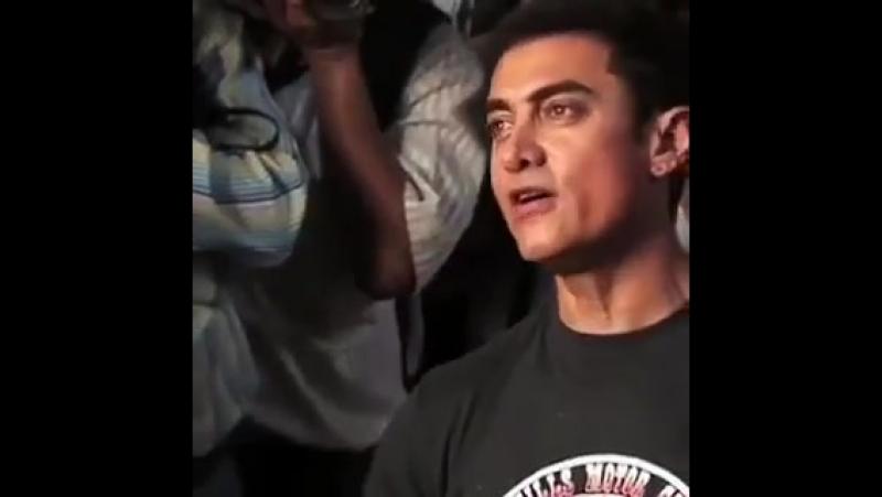 Aamir Khan sings Papa kehte Hain