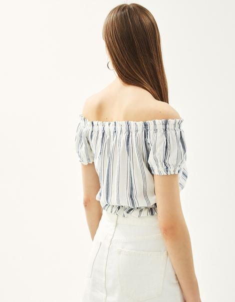 Блуза с открытыми плечами и кружевом