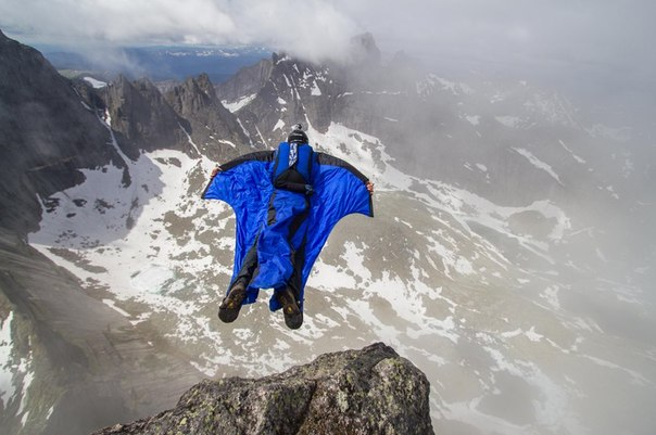 Зацените наше новое «Путешествие» — крутейший рассказ Ратмира Нагимьянова о прыжке в вингсьюте со скалы Зуб Дракона
