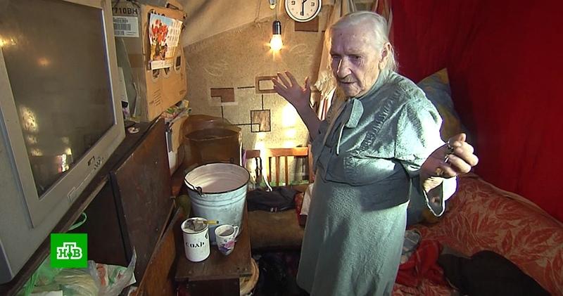 Брошенная родными 90 летняя погорелица ютится в холодном вагончике