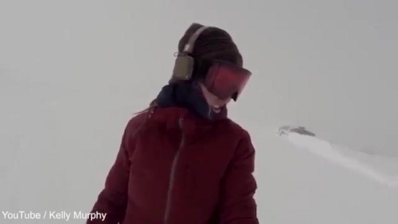 Сноубордистка не заметила гнащегося за ней медведя