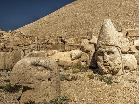 Престол Богов — таинственная королевская гробница, окруженная гигантскими скульптурами и каменными головами
