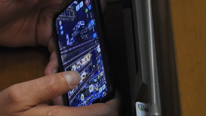 Депутат від Опоблоку грає в ігри на смартфоні під час засідання парламенту