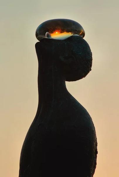 Скульптура «Дождь»: бронзовый человек с огромной каплей на лице. Украинский художник Назар Билык в 2010 году создал 6-метровую скульптуру «Дождь», как символ связи человека с природой и символ