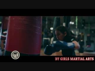 Девушки в боксе.