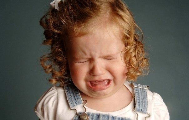 Профилактика истерик. Как приучить ребенка слушать и слушаться вас? Искусство родителей не в том, чтобы искусно побеждать ребенка или удачно выруливать из трудного боя, а в том, чтобы боя и не возникало, чтобы у ребенка не сформировалась сама привычка истерить. Это называется – профилактика истерик, и главные направления здесь следующие. Подумайте о причинах. Что стоит за сегодняшней истерикой? Только ситуативная, случайная причина – или здесь есть что-то системное, что будет повторяться? На…
