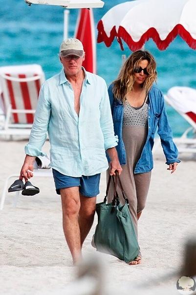 Ричард Гир со своей беременной женой на пляже в Майами