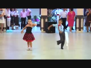 Дети очень прикольно танцуют