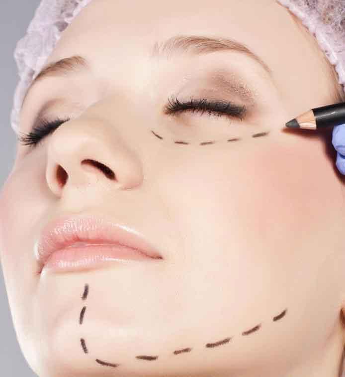 У женщин часто есть пластическая хирургия лица в области глаз, носа и подбородка