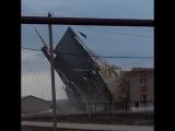 Порывами ветра сорвало крышу дома культуры в селе Боровка Самарской области, 22.04.2018.