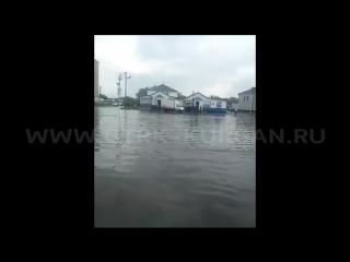 Ливень затопил тротуары и дроги в Лебяжьем