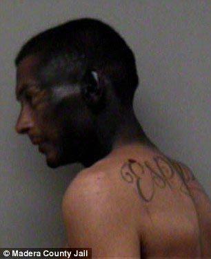 В попытке уйти от полиции, преступник покрасил свою голову черной краской, чтобы замаскироваться под негра