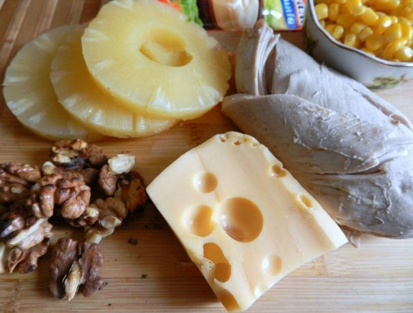 Салат с курицей, сыром и ананасом. Многим знакомо