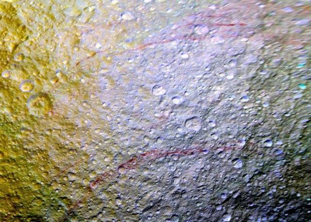 Необъяснимые красные полосы обнаружены на поверхности спутника Сатурна IEmH6A1crag
