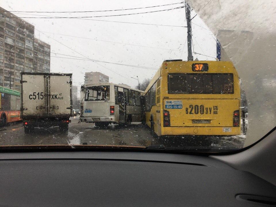 На Пискаревском проспекте столкнулись два автобуса и маршрутка