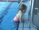 Uma bebê como peixe na água