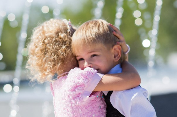 Дети обнимают крепко и искренне, а главное - с любовью и просто так...