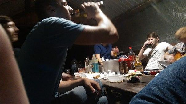Немного алкоголя, шашлыки и гитара — всё, что нужно для хорошего празднования победы в пейнтболе.