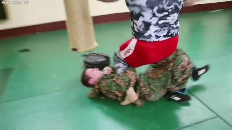Уличный боец против 9 бойцов спецназа
