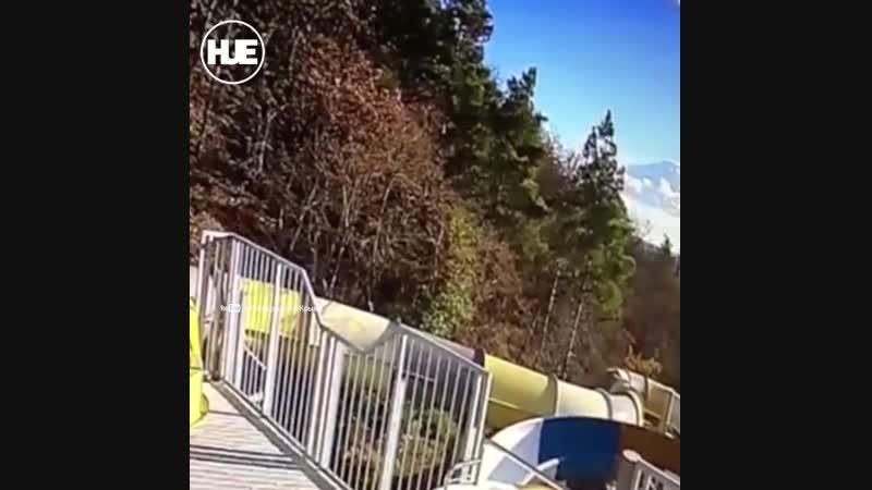 В Ялте самосвал слетел с трассы и упал на крышу аквапарка