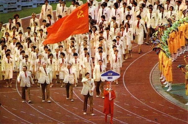 Сборная СССР на Олимпиаде-80 Символично, что тогда мы забрали 80 золотых медалей. Столько не получала больше никогда ни одна сборная ни на одних Олимпийских играх.Хотя комплектов медалей сейчас