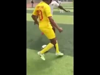 Пробросить между ног, не касаясь мяча Легко