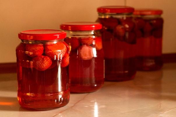 КОМПОТ ИЗ КЛУБНИКИ **********************сахар-песок 1,5 стакана; клубника свежая 3 стакана; вода (лучше фильтрованная); листья мяты. 1. Перебираем ягоду от сора и обрываем «хвостики». 2. Затем