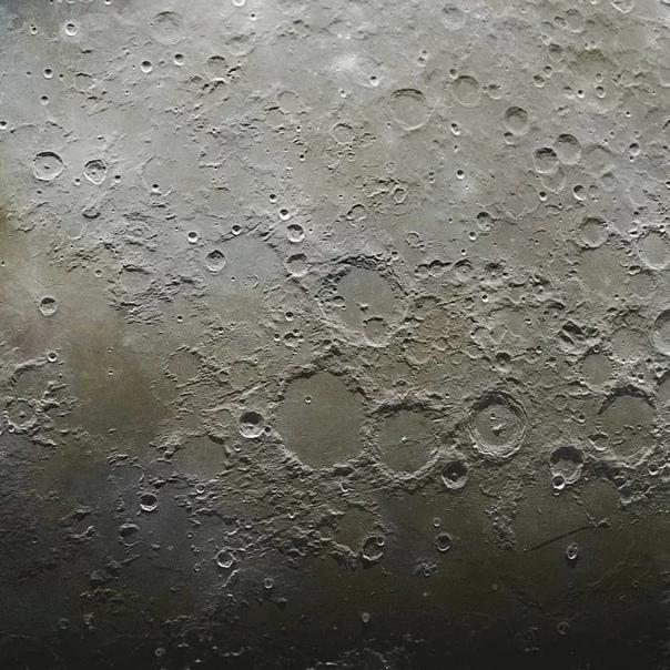 Детальное изображение Луны Астрофотограф Эндрю Маккарти (Andrew McCarthy) опубликовал очень детальное изображение Луны. Он составил данное изображение из 100 000 фотографий естественного