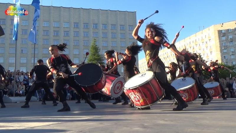 Барабанщики AAINJAA/Фестиваль уличных театров в Архангельске