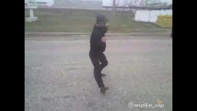 Чеченец танцует на посту. Красивая чеченская песня.
