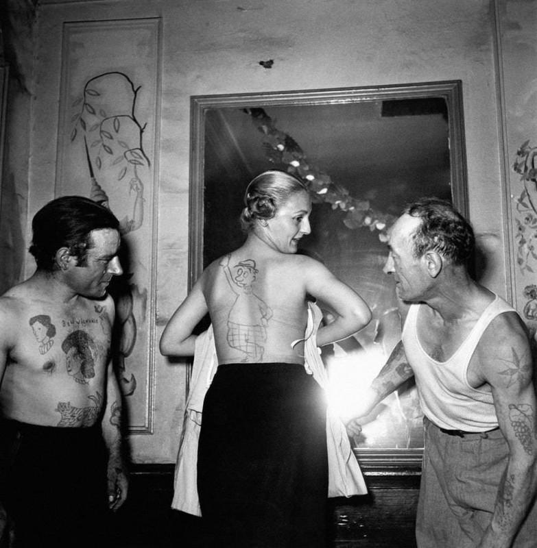Модели на конкурсе татуировщиков-любителей. Париж, 1950-е.