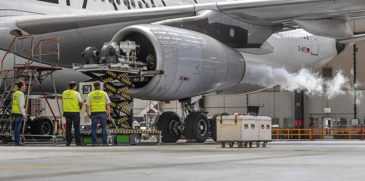 Lufthansa разработала технологию очистки авиадвигателя сухим льдом