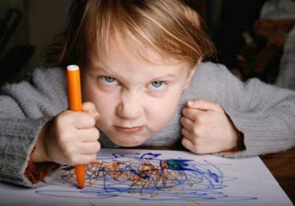 АГРЕССИЯ РЕБЕНКА НА ВЗРОСЛОГО И ЧТО С НЕЙ ДЕЛАТЬ Что может сделать взрослый в случае агрессии на него ребенка: 1. Взрослый может осознать, что происходит. И остановить свою реакцию, например, желание ударить в ответ. Это называется контейнированием чувств (откладыванием на потом, но не подавлением). 2. Взрослый может просто зафиксировать дерущегося, бросающегося на него ребенка в крепких объятьях и вынести из комнаты (сменить обстановку), переключив таким образом. Самое главное в этот момент –…
