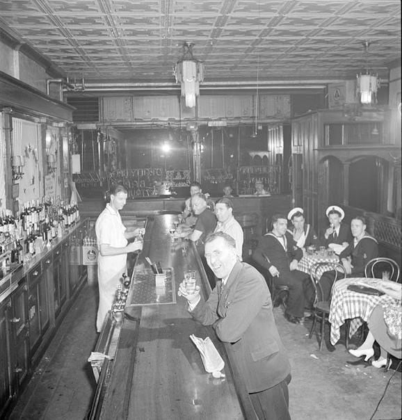Доброе имя Небольшой бар на Черринг-стрит заполнялся народом. Джим Парсонс привычно оглядел помещение, но не увидел ни одного знакомого лица. «Ну, что же» - удобно устраиваясь за пустым столиком