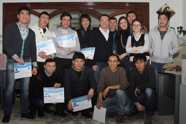 В окружении студентов - это после семинара в Киргизстанском
