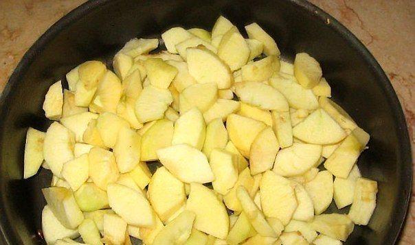 БЫСТРАЯ ШАРЛОТКА ИНГРЕДИЕНТЫ: ● 5-6 средних яблок помыла ● 1