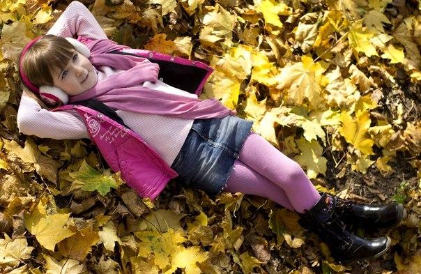 На главную. ребенок, дитя, мылышка, девочка, отдых, природа, осень, листья, наушники, колготки, шарф, розовый цвет.