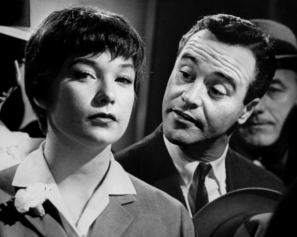 Квартира (1960) В ролях: Джек Леммон, Ширли МакЛейнСюжет: Трогательная история отношений простого клерка и девушки-лифтёрши, работающих в одной фирме. У этих двоих нет шансов быть вместе, но