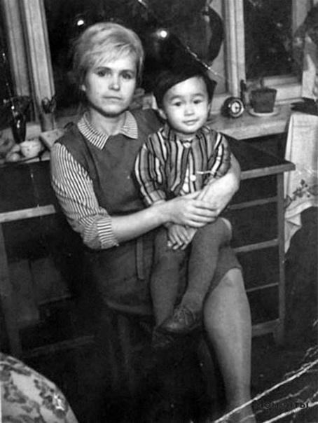Совсем еще маленький Витя Цой с своей мамой.