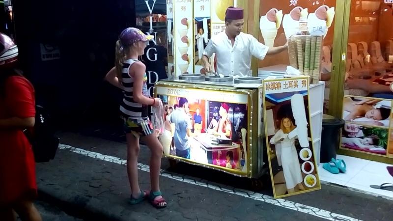 продавец мороженого на wolking street