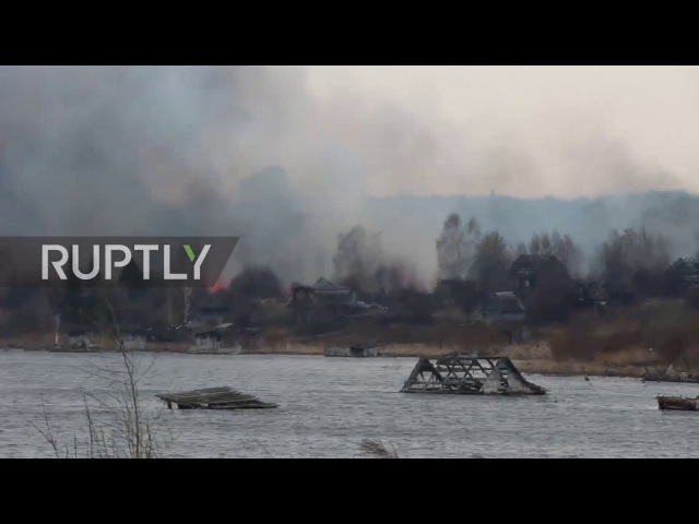 Россия: Сильный дым вздымается, поскольку огонь охватил деревню Тулун.