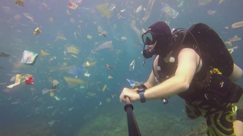 Дайвер снял плавание в заполненном мусором океане на Бали