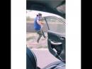 Парень неудачно принял участие в вызове с танцем возле едущего автомобиля